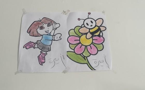 Desenhos pintados por Amira, a refugiada síria de 12 anos, atendida no hospital da Médicos Sem Fronteiras em Amã, na Jordânia (Foto: Teresa Perosa/ ÉPOCA)