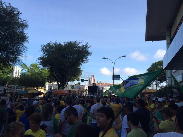 Manifestantes se concentram em Natal (RN), onde protesto está atrasado em meia hora (Foto: Fernanda Zauli/G1)
