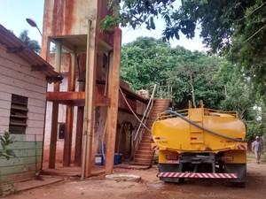 Caminhões pipas estão buscando água no rio Santo Antônio, na cidade de Naque (Foto: Patrícia Belo / G1)