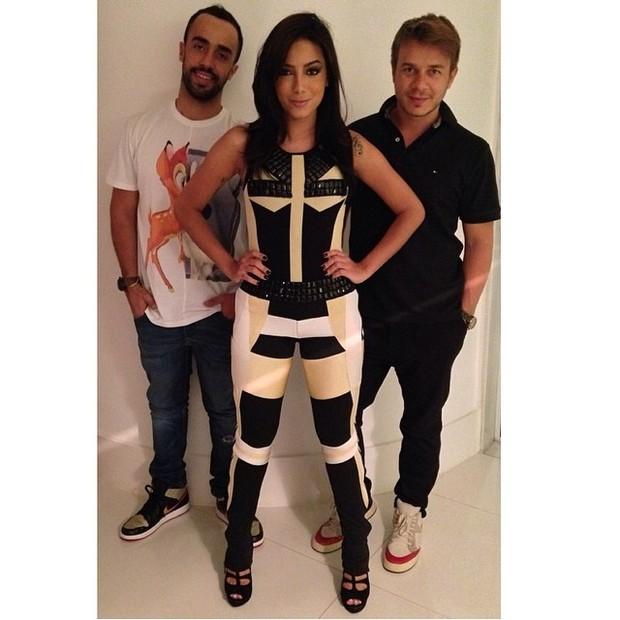 Anitta posa ao lado de Yan Acioli e Thiago Fortes (Foto: Reprodução/Instagram)