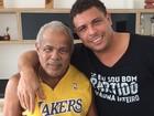 Ronaldo posta foto com o pai já recuperado: 'Forte como um trator'