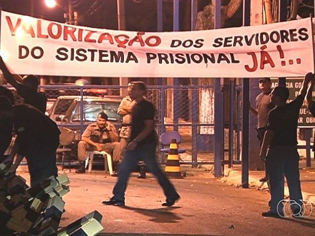 Agentes prisionais em greve barram entrara de presos em complexos prisionais, em Goiás (Foto: Reprodução/TV Anhanguera)
