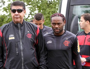 Joel Santana e Vagner Love no treino do Flamengo no Paraguai (Foto: Reuters)