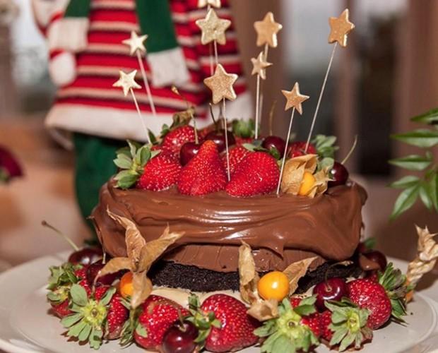 Naked caked com calda de chocolate e frutas vermelhas (Foto: Instagram)