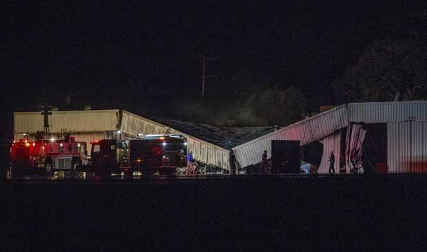 Aeroporto de Santa Mônica foi atingido por um incêndio após avião atingir o hangar (Foto: Ringo H.W. Chiu/ AP)