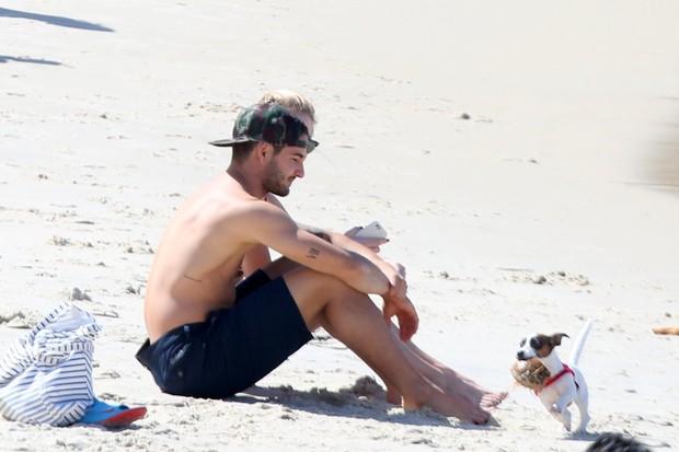 Fiorella Mattheis e Alexandre Pato na praia (Foto: André Freitas/AgNews)