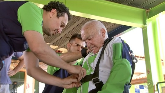 Resultado de imagem para Idoso de 86 anos realiza antigo sonho e salta de paraquedas: 'Me sinto um jovem de 18 anos'