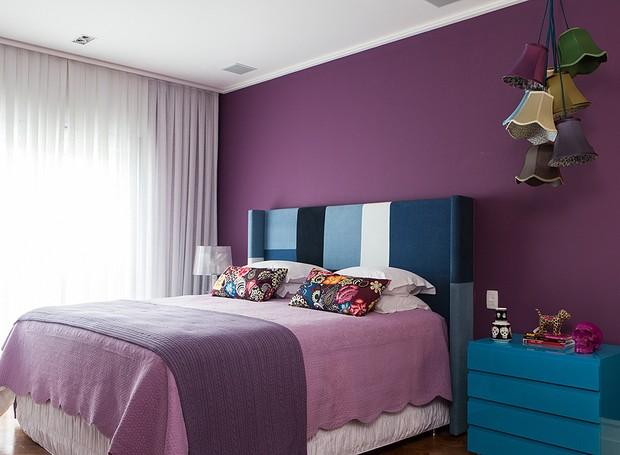 Assinado pela arquiteta Andrea Murao, o projeto deste apê de 220 m² é uma ode à mulher contemporânea: menos mocinha e mais rock'n'roll. No quarto,  a cabeceira foi feita sob medida e estofada com patchwork de diferentes tons de jeans (Foto:  Lufe Gomes)