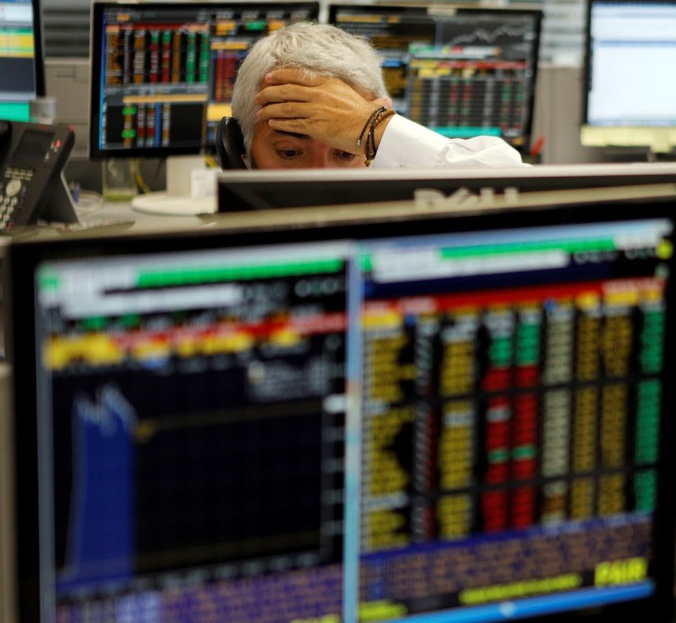 Operador acompanha as cotações da bolsa nesta quinta-feira (18) em São Paulo (Foto: Reuters/Paulo Whitaker)