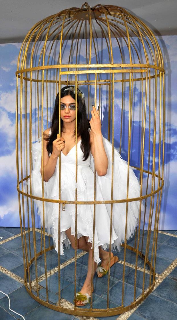 A atriz Adah Sharma, de Bollywood, posa nesta terça-feira (11) para campanha da PETA em Mumbai. A entidade pró-direitos animais protesta contra o aprisionamento de pássaros em gaiolas (Foto: AFP)