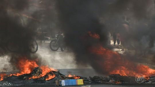 Grupo faz protesto e queima pneus na frente de escola em Hortolândia