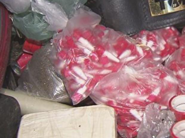 Policiais encontraram maconha, cocaína e materiais para refino e venda no local (Foto: Reprodução / TV Tribuna)
