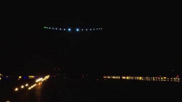 Pousando no JFK: avião movido a energia solar usa a bateria para voar à noite (Foto: BBC)