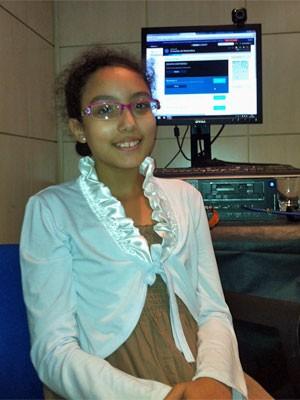 Bárbara Lopes, de dez anos, passou de aluna para monitora dos colegas (Foto: Ana Carolina Moreno/G1)