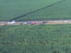 Avião foi abordado em um canavial na zona rural de Indianópolis, MG (Foto: reprodução/TV Integração)