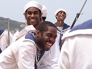 Os atores se divertem nos intervalos da gravação (Foto: Lado a Lado / TV Globo)