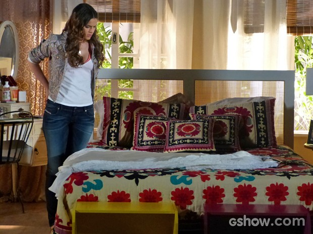 Luiza vê vestido de noiva da mãe em sua cama (Foto: Em Família/ TV Globo)