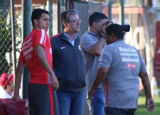 Nilmar treina separado do grupo (Foto: Tomas Hammes)