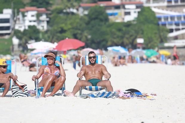 Graciane Barbosa e Belo na praia (Foto: Ag. News)