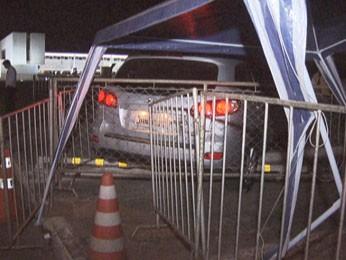 Carro invadiu área de segurança da Praça dos Três Poderes, em Brasília, na madrugada desta quarta-feira (22) (Foto: Reprodução/TV Globo)