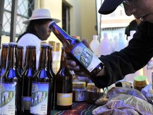 Cliente olha rótulo da cerveja de coca Ch'ama em La Paz (Foto: Aizar Raldes/AFP)