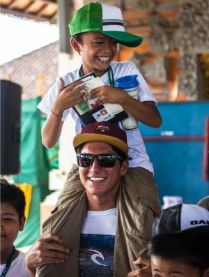 surfe Bali projeto social Gabriel Medina (Foto: Reef)
