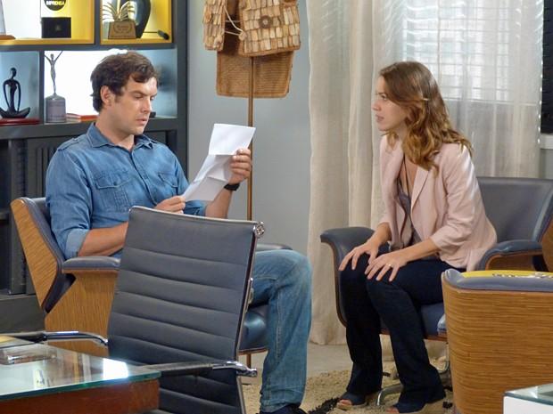 Muito nervosa, Laura pede para Caíque abrir o envelope (Foto: Stephanie Cândido / Gshow)