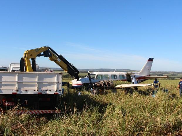 Técnicos do Seripa 4 e da Embraer recolhendo partes do avião com Angélica e Luciano Huck que fez pouso forçado em MS (Foto: Priscilla dos Santos/G1 MS)