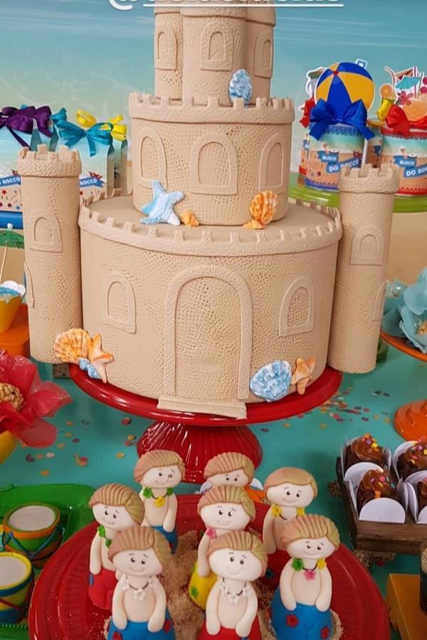 O bolo teve formato de castelo de areia (Foto: Instagram)