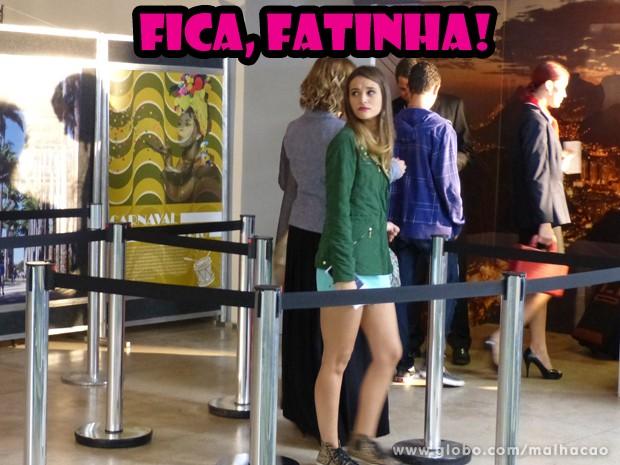E ela embarca com o coração apertado... (Foto: Malhação/ TV Globo)