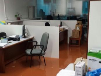 Escritório afetado pela água das chuvas na 707 Norte (Foto: Alexandre Neves/Arquivo Pessoal)