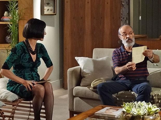 Virgílio fica impressionado com a perfeição da falsificação (Foto: Amor Eterno Amor/TV Globo)