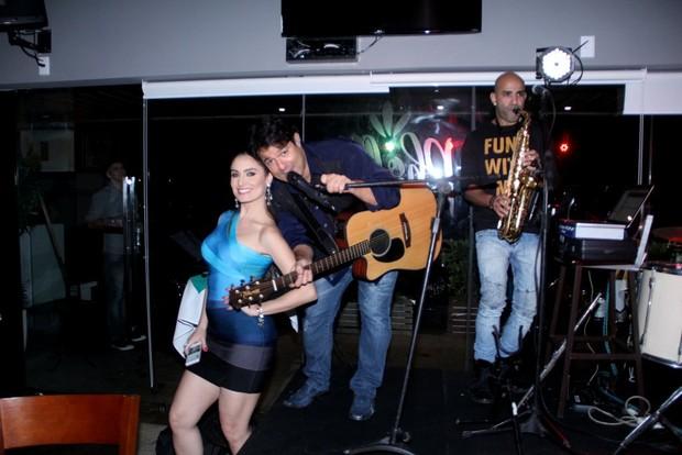 Franciely Freduseski e o cantor Alex Cohen (Foto: Rodrigo dos Anjos)