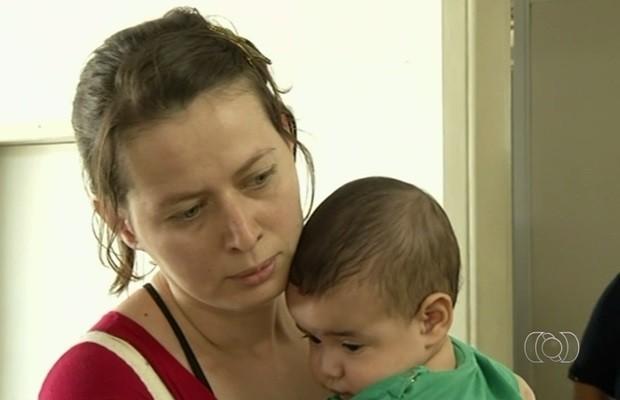 Ena reclama que não consegue vacinar o filho em Anápolis, Goiás (Foto: Reprodução/TV Anhanguera)