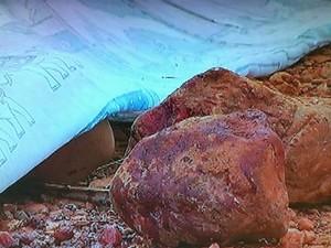 Pedras com marcas de sangue que teria sido usados no crime (Foto: Reprodução / Inter TV)