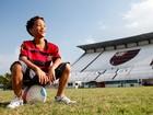 Nicollas Paixão, o Patrick de 'Cheias de Charme', mostra sua habilidade no futebol ao lado do pai