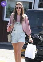 Look do dia: Alessandra Ambrósio usa macaquinho em Los Angeles
