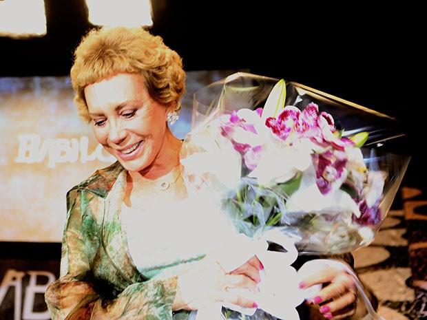Arlete Salles recebe flores do diretor da Babilônia por ser exemplo de superação (Foto: Carol Caminha / Gshow)