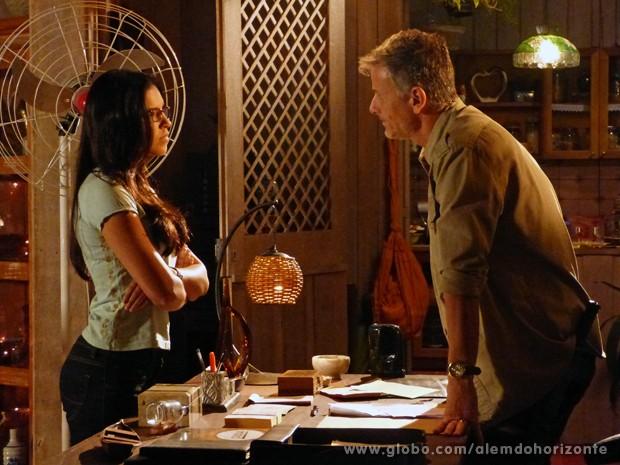 Celina avisa a Kléber que vai denunciar desaparecimento de Berenice (Foto: Além do Horizonte/TV Globo)