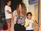Elba Ramalho leva filhas a igreja no Rio