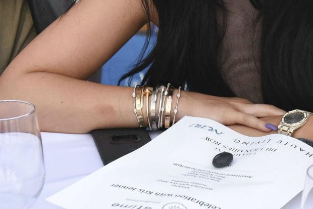 44ecc3535cb Kylie Jenner está há quatro anos com pulseira de R 28.900 presa no ...