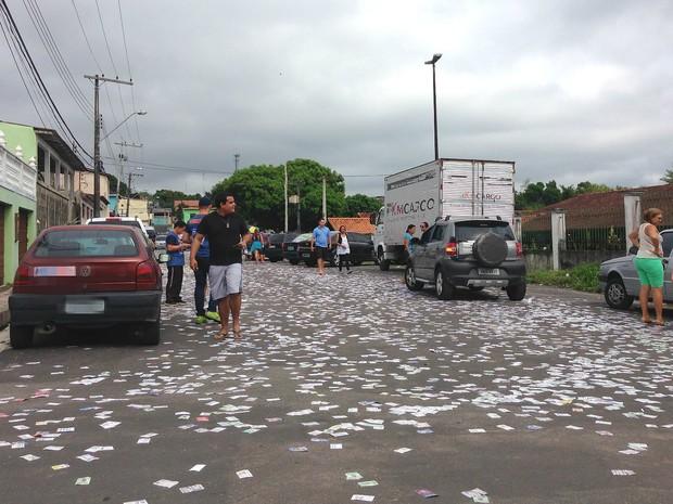Próximo a escolas com seções eleitorais, ruas ficaram tomadas por santinhos de candidatos (Foto: Muniz Neto/G1 AM)