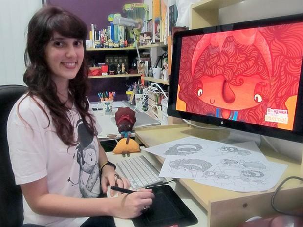 A ilustradora Juliana Fiorese finaliza alguns detalhes de 'Uma história mais ou menos parecida' (Foto: Arquivo Pessoal/Juliana Fiorese)