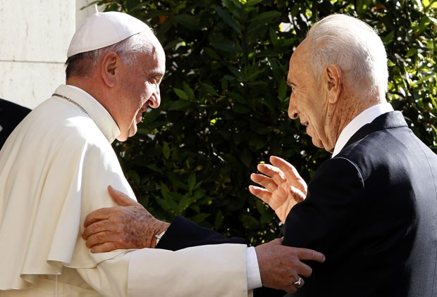 O Papa Francisco recebe o presidente de Israel, Shimon Peres, no Vaticano (Foto: Riccardo De Luca/AFP)