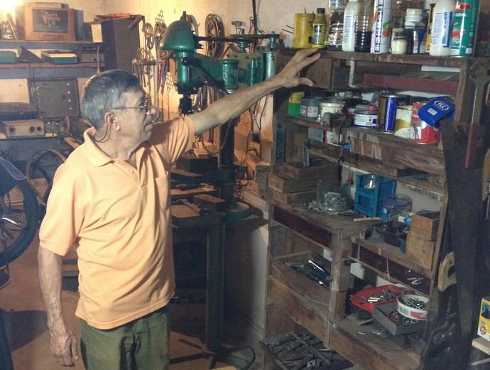 Colecionador prudentino faz questão de mostrar o local onde tudo começa: a sua ofícina (Foto: Mateus Tarifa / GloboEsporte.com)