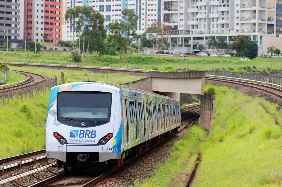 Trem com anúncio publicitário circulando sobre trilhos no DF (Foto: Pedro Ventura/AgênciaBrasília)