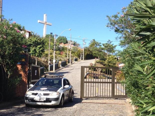 Caso aconteceu em condomínio de luxo, onde casal morava.  (Foto: Luiza Quintão/Inter TV)