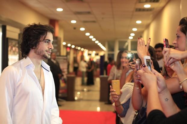 Fiuk atrai legião de fãs durante pré-estreia de cinema no Rio (Foto: Isac Luz/EGO)