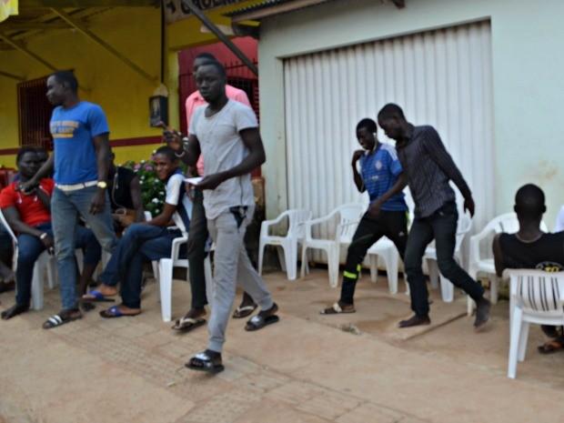 Senegalês diz que imigrantes ficam no local em média um mês  (Foto: Iryá Rodrigues/G1)