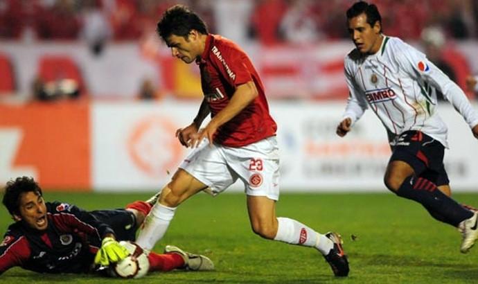 Rafael Sobis contra o Chivas pela Libertadores de 2010 (Foto: Alexandre Lops / Inter, DVG)